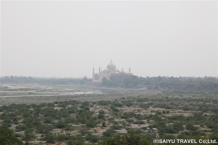 アグラ城よりヤムナー川を挟んで見るタージ・マハル