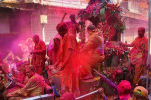 ホーリー祭り 色粉を投げ合う光景(画像出典:Unsplash)