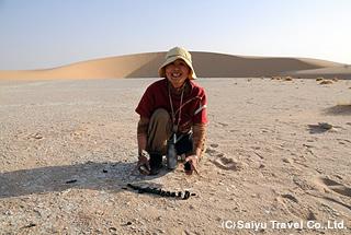 かつての湖底を歩いて魚の化石を発見