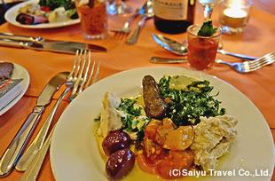 """ひよこ豆のペースト・ホンムスなど、ヨルダン渓谷で育ったオリーブをたっぷりかけたヨルダン・アラブ料理の前菜""""メッセ"""" をお楽しみください。ヨルダン産ワインも。"""
