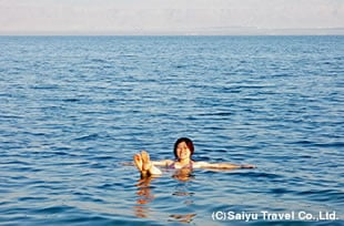 死海での浮遊体験をお楽しみください。