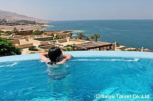 死海を望むプール。ホテル内には中東一と謳われる美しいスパ・ZARA spaもご利用になれます(有料)。