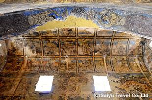 謁見のホールに描かれた壁面と天井を覆うフレスコ画