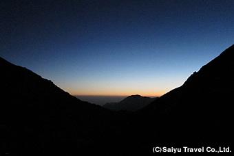 山小屋から日の出を眺める
