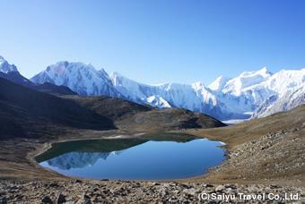 ラシュファリ・レイクとウルタル峰