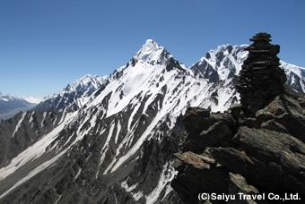 ラシュファリ・ピークの山頂のケルン