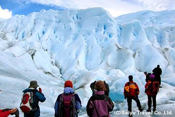 真っ青な氷河の壁