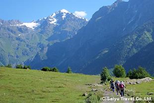 ウシュバ山麓をハイキング