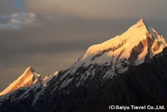 リリゴ峰(左)と鋭鋒群の夕景