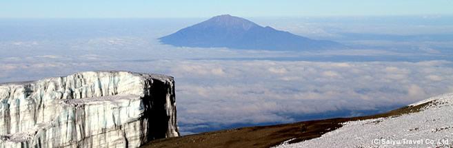 キリマンジャロ山頂付近からメルー山を展望