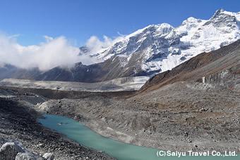 氷河とターコイズブルーの氷河湖