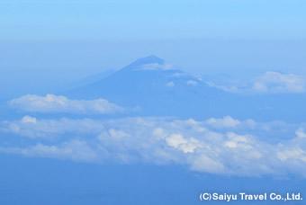 山頂から望むアグン山