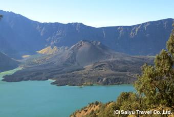セガラ・アナ湖の隣に聳えるバル山
