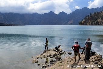 湖で釣りをする地元の人々