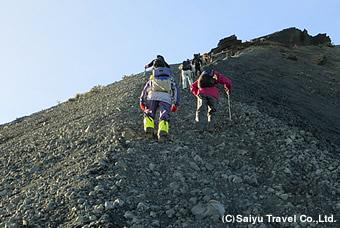 山頂付近は急登を登る