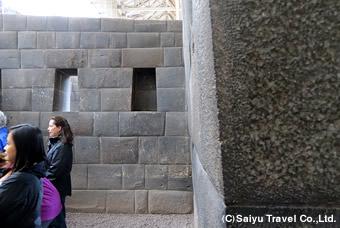 壁は耐震構造で10度傾斜