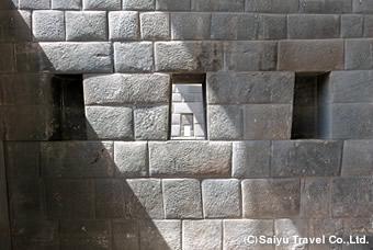 台形の窓がぴったりと並ぶコリカンチャの精緻な石組み