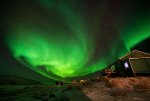 夜空に現れる幻想的な光のカーテン