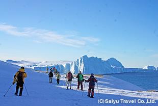 氷山を眺めながらスノーシューハイキングを楽しむ