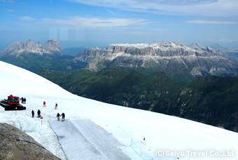 マルモラーダ山頂から望むサッソルンゴどセッラ山群 歩いてきたコースを一望できます(2015年6月ツアー時のもの)